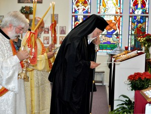 Bishop-Joseph-bowing-toward-altar